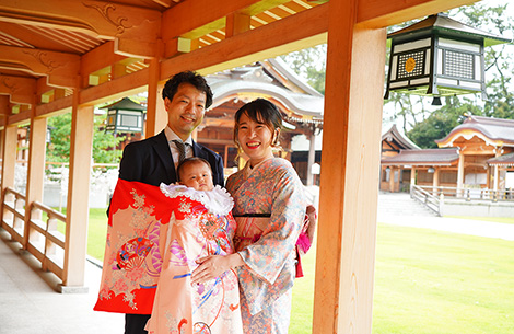お宮詣りの家族写真